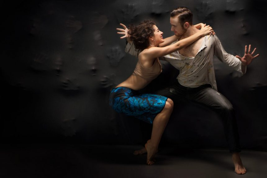 pareja bailando latino en escuela de baile